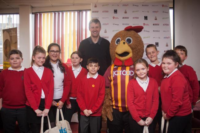 Denholme Primary School pupils with Ian Ormondroyd and Billy Bantam