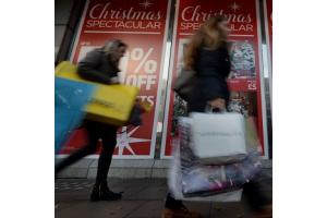 Shoppers out for final Xmas splurge