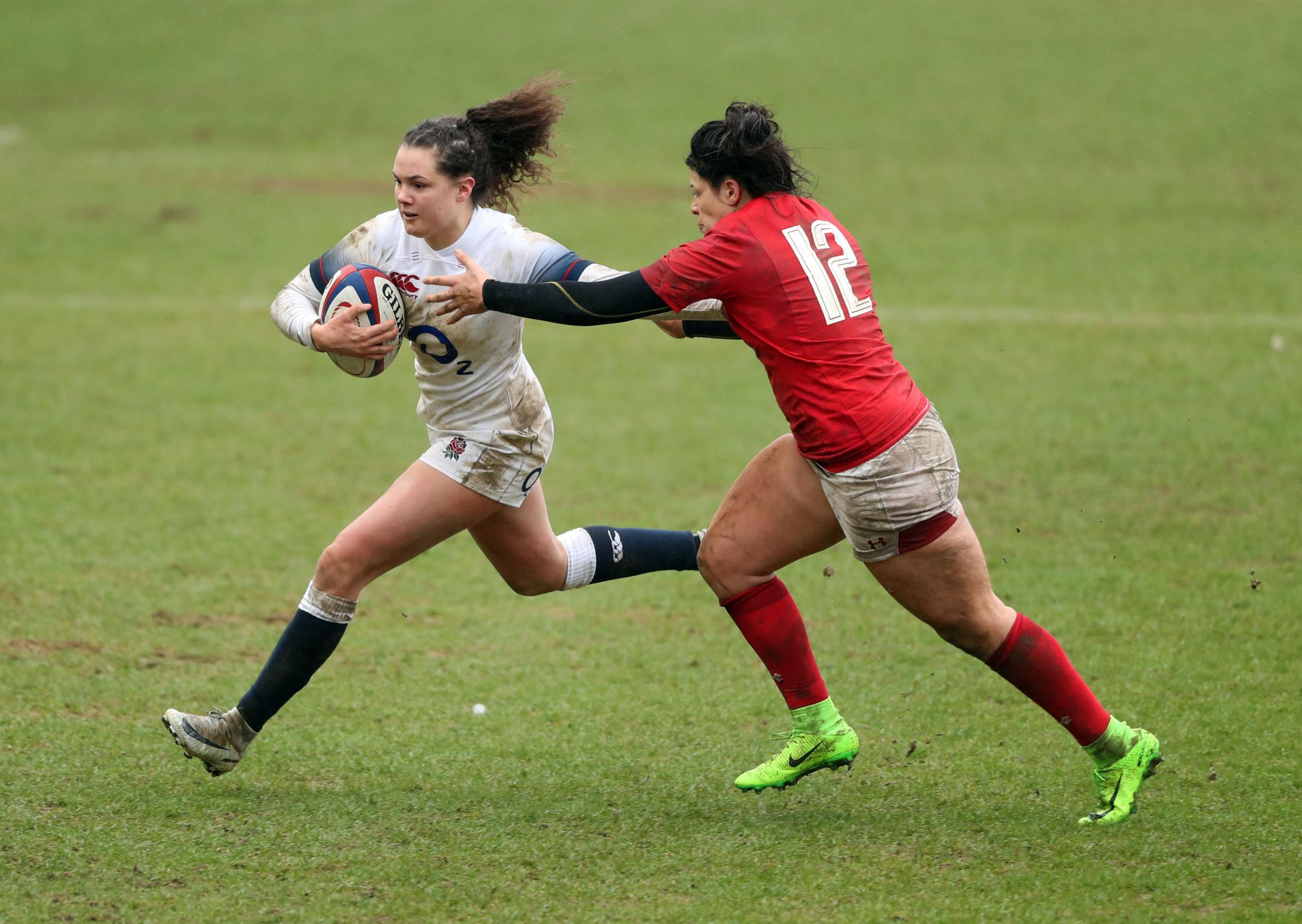 England's Ellie Kildunne races past her Welsh opponent during the NatWest Women's 6 Nations match at Twickenham Stoop, London. Credit: Adam Davy/PA Wire.